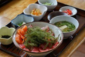 plateau de mets d'okinawa sur une table en bois