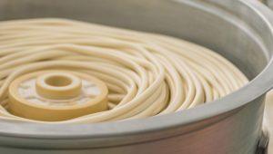 Façonnage de la pâte à somen nouilles japonaises umami