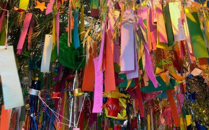 Tanabata au japon voeux sur papier coloré accroché à du bambou