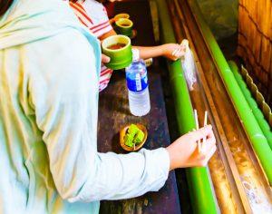 Nagashi somen au Japon, on fait descendre les nouilles japonaises sur un cours d'eau
