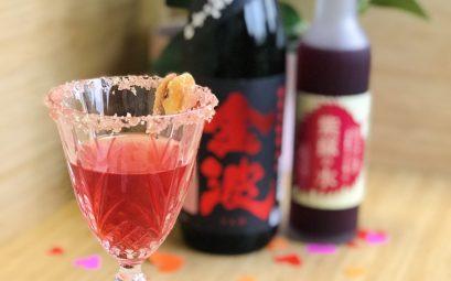 cocktail rose de saint valentin au saké et sirop de shiso avec du gin et des ecorces de iyokan