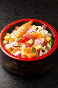 Chirashi japonais de Hina matsuri avec du poisson cru saumon, crevette et des crudités comcombre, omelette, radis daikon