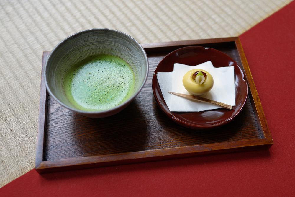 matcha traditionnel et patisserie wagashi japonaise sur plateau et tatami