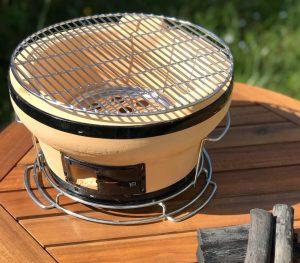 barbecue japonais sur une table de jardin