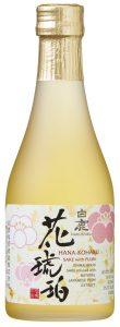 petite bouteille d'alcool de prune japonais umeshu sur fond blanc