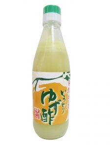 Bouteille de jus de yuzu de Tokushima sur fond blanc