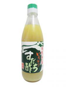 bouteille de jus de sudachi de tokushima sur fond blanc