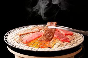 Viande en train de cuire sur un barbecue japonais