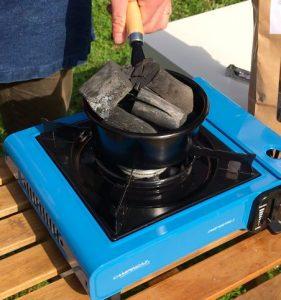 charbon binchotan dans une cheminée pour rougir