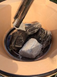 charbon binchotan mis dans un barbecue japonais