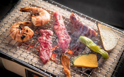crustacés, viande et légumes en train de griller sur un barbecue japonais au binchotan