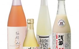 alcools japonais umeshu, sake, yuzushu et saké nigori sur fond blanc