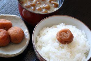 bol de riz avec umeboshi prune salée et petit dejeuner japonais