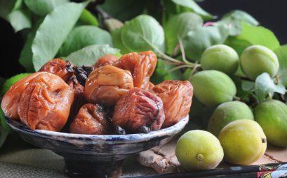 Photo de prunes japonaises et d'umeboshi dans un bol