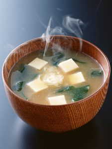 un bol de soupe miso