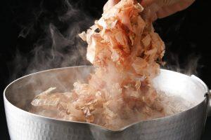 flocon de bonite séchée dans une casserole d'eau chaude