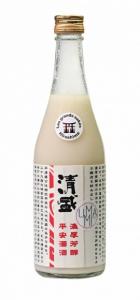 Bouteille de sake nigori sur fond blanc