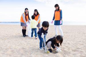 plusieurs enfants participant au nettoyage d'une plage lors du jour de la mer