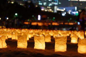 rangées lanternes en papier alignées sur la plage à l'occasion de la journée de la mer à Tokyo