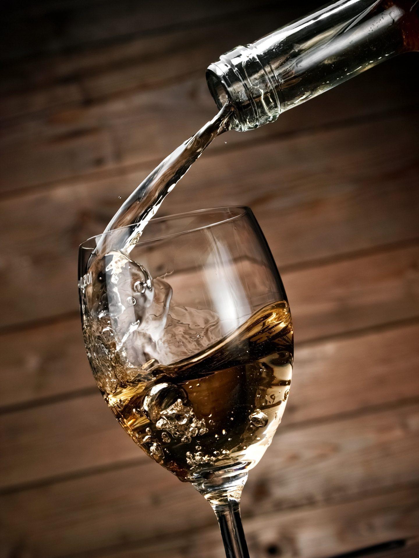 verre de saké en train d'être rempli