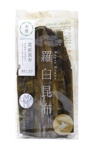 paquet d'algue kombu sur fond blanc