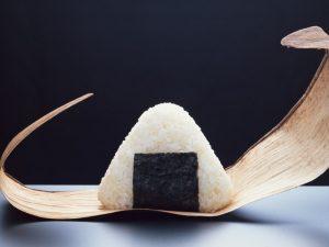 onigiri, boulette de riz avec un morceau d'algue nori