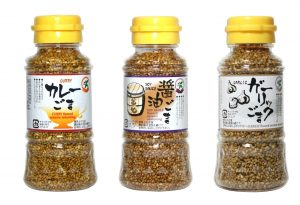 trois flacons de sésame torréfié au goût de curry, de sauce soja sans gluten et d'ail