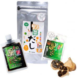 un paquet de dashi végétarien, un paquet de purée d'ail noir et une tête d'ail noir avec son emballage