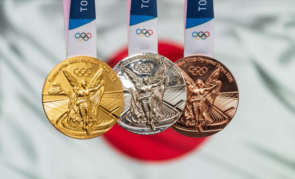 Les 3 médailles olympiques sur le drapeau japonais jeux olympiques 2020 de tokyo