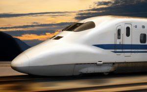 train a grande vitesse japonais sur fond de coucher de soleil