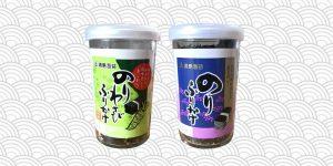 deux pots de furikake sur fond de vague