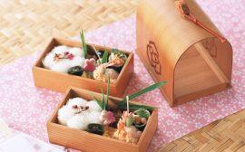 deux bento en bois sur du tissu japonais