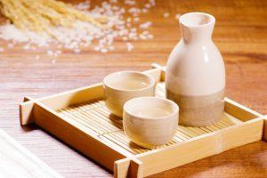 set à saké sur plateau avec riz en fond