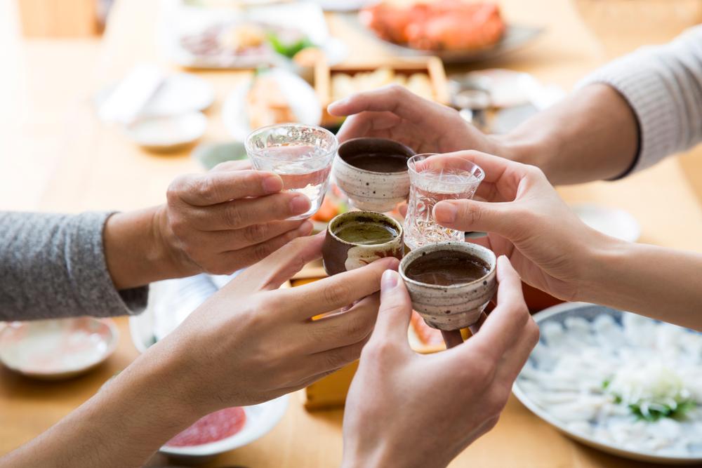 personnes trinquant avec du saké