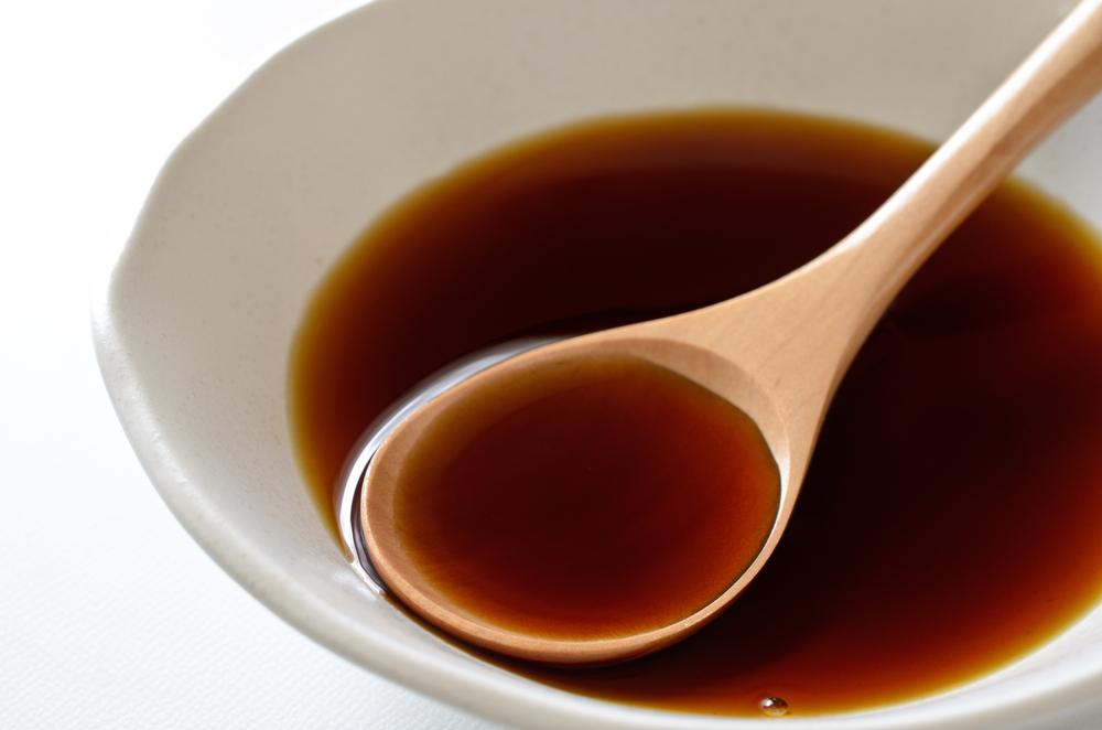 bol blanc avec sauce soja et cuillère