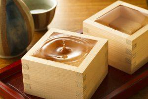 deux masu à saké sur plateau
