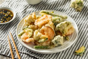 assiette de tempura de légumes sur tissu rayé