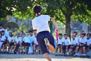 enfant japonais de dos qui court